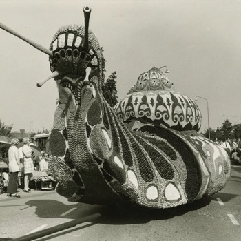 De winnende wagen van Buren met de naam De Slak van het 13de Oogst-en Fruitcorso, dat ongeveer 80.000 bezoekers trok