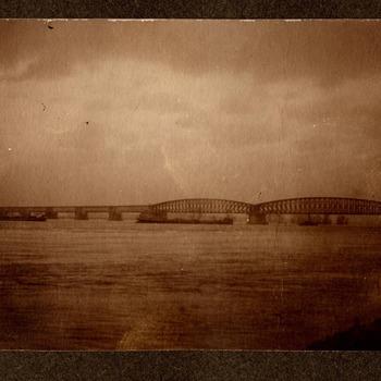Watersnood. Zicht op de spoorbrug