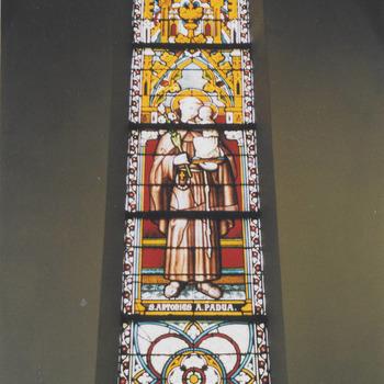 Gebrandschilderd raam H. Antonius van Padus. H. Gregoriuskerk Buren.