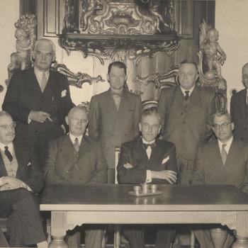 Het bestuur van het wegschap Tiel-Buren-Culemborg is bijeengekomen in het raadhuis van Culemborg. Zittende v.l.n.r.: Van Beekhoff, burgemeester van Zoelen; Cambier van Nooten, burgemeester van Tiel; secretaris van Culemborg; voorzitter; Koningsbrugge, burgemeester van Culemborg; Cr. de Kruyf. Staande geheel rechts Van Maurik