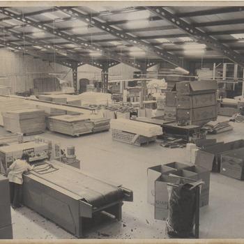 Binnen in de bedrijfsruimte van de firma Ulbrich, waar polyether verwerkt wordt.