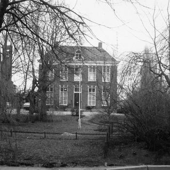 Koningin Wilhelminastr 3, de pastorie van de parochie Sint Willibrordus, met links nog een gedeelte van de kerk.