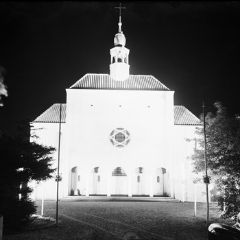 Exterieur katholieke kerk, verlicht