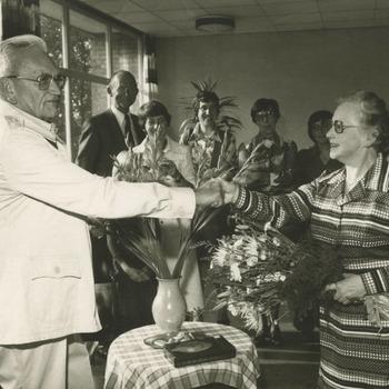 Dokter F.A. Bannink (65), die dertig jaar kinderarts van de Tielse ziekenhuisen was, neemt afscheid. Op de foto drukt de dokter de hand van zuster Blandine, hoofd van de kinderafdeling in het St. Andreas-ziekenhuis, die 25 jaar lang de rechterhand was van dokter Bannink