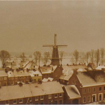 ca.Winters uitzicht over Buren van uit het torentje op het dak van het weeshuis, richting molen.
