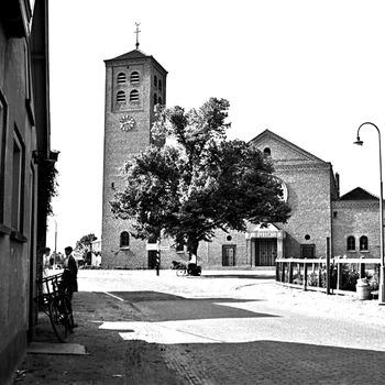 Katholieke kerk, met lindenboom