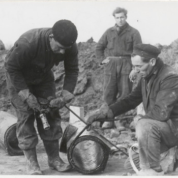 Drie mannen aan het werk, aanleg riool, kabels