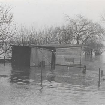 Hoog water in de Waal, schuur onder water van fam Gerritsen, Ophemertsedijk