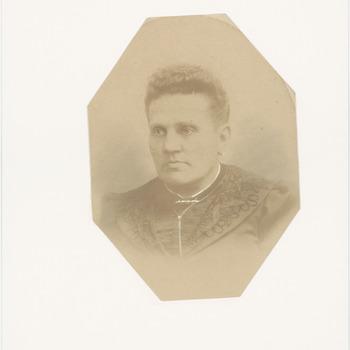 Een portretfoto van Hendrina Christina Clasina Schouten (geboren 1852 in Culemborg) echtgenote van Cornelis Anthonie Deenik, bakker in de Slotstraat in Culemborg, [1894]