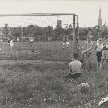 """Westersingel. Voetbalwedstrijd. Terrein """"Vriendenschaar"""""""