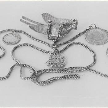 De schuttersketen van Zandwijk, voorstellende een gekroonde papagaai en voorzien van zeventiende eeuwse penningen. De zilveren keten zelf dateert uit de zestiende eeuw