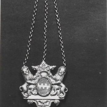Een oude hanger met het wapen van Buren met aan beide zijden leeuwen en daarboven een kroon