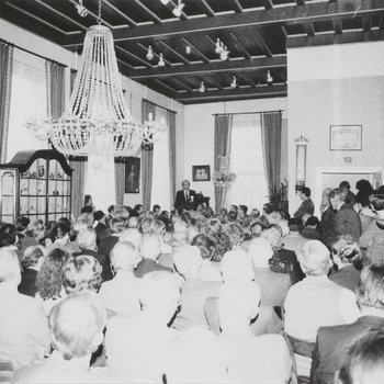 """In het Streekmuseum wordt de Nederlandse vertaling van het boek """"Chronicon Tielense"""" gepresenteerd. Op de foto houdt burgemeester Pop tijdens deze gelegenheid een toespraak"""