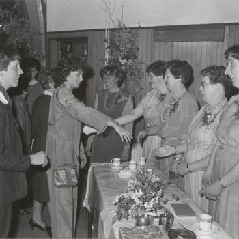 In het verenigingsgebouw in Ingen viert de Ingense afdeling van de Nederlandse Bond van Plattelandsvrouwen het 45-jarig bestaan. Op de foto de druk bezochte receptie van de plattelandsvrouwen in Ingen