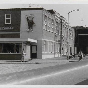 Het kantoor van de jamfabriek De Betuwe aan de Grotebrugse Grintweg, de hoek met portierslokaal