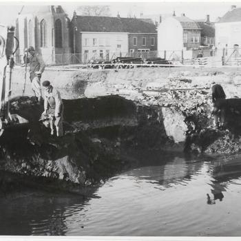 Graven fundering schouwburg de agnietenhof. Op de achtergrond links de Lutherse kerk. Boven het midden rechts de St. Agnietenstraat