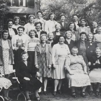 N.V.V. 1946. Vrouwen van de leden van het N.V.V. kregen een werkvakantie aangeboden van het Int. Vakbond.