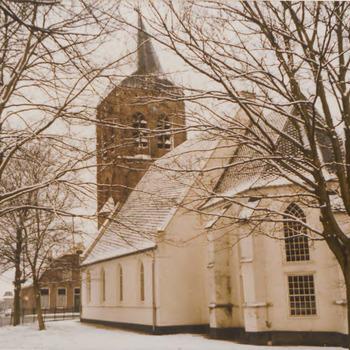 kerk met toren gezien vanaf de Zandweg in de winter.