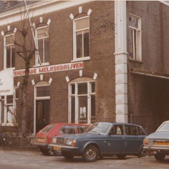 Voormalige Melkinrichting en Zuivelfabriek N.V.verenigde melkbedrijven Stationsstraat 24. Geheel rechts het gedeelte van de melkfabriek waar de melkbussen werden gebracht