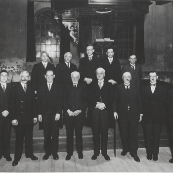 Kerkbestuur N.H. kerk, boven v.l.n.r. V. Iperen, F. v.d. Heijden, Landweer, Boudet van Dam en Jus Rombout, onder v.l.n.r. Ant v. Malsen, Jan Rombout. V.d. Sluis, V. Heerwaarden, ds. Stein Callefels, D.J. Thijsen, H. Hofman en D. Duisterhof.