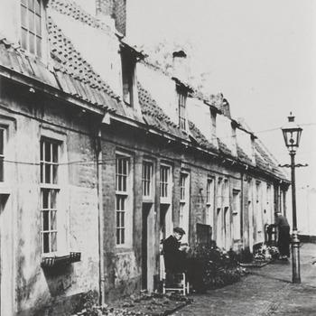 Woningen Elisabeth Gasthuis, het Oude Mannen en Vrouwenhuis met in het midden de gaslantaarn.. In 1534 gesticht door vrouwe Elisabeth van Culemborg.  Rond 1980 is het hofje gesloopt en vervangen door nieuwbouw.