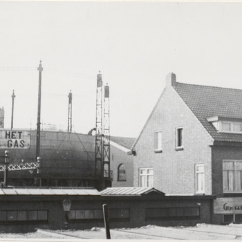 Toonkamer en gashouder gasfabriek. De toonkamer van de gasfabriek rechts op de foto. Links op de foto de gashouder van de gasfabriek. De foto is genomen van af de Ophemertsedijk