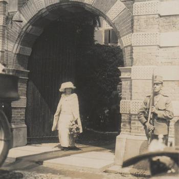 21 mei. Koningin Wilhelmina brengt een bezoek aan Buren, ingang weeshuis, rechts in de poort notaris van Everdingen president curator van het weeshuis, erewacht is onderofficier Wout van Wijk.