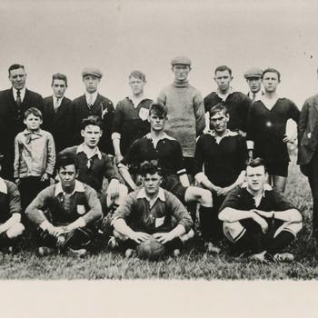 1e elftal Tielse Boys. V.l.n.r. staande S. Schoots, H. Klazen, J. v.d. Staay, C. Orlemans, O. v. Zandwijk, D. v. Aalst, P. Diepenbach, A. v. Toorn, Th. Krouwel, H. Hennekes. Knielend: J. Orlemans, W. v.d. Loo, P. v.d. Staay. Zittend: H. Terborch, A. v. Zandwijk, v. Tricht, v. Beem, L. v. Tuil. De voetballers dragen een donkergroen shirt