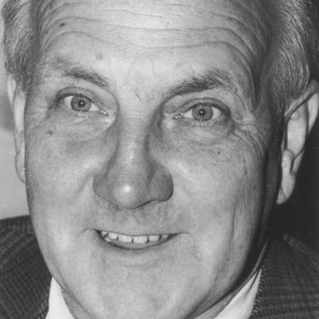 Dhr. T.J. Hakkert, fractivoorzitter V.V.D. Buren, raadslid Buren gemeentegids 1996-97.