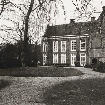 Tuin Ambtmanshuis. In het midden de linkerzijkant van het Ambtmanshuis