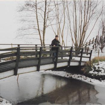 A. Meydam-Reise op de brug in het wandel gedeelt van de Aalsdijk tijdens de winter wandeling.