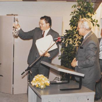 Bij opening stadhuis, v.l.n.r. com. v.d. kon. dhr. de Bruyne, burgem. Hommes en dhr. Lokhorst.