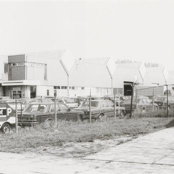 Bedrijfsgebouwen Jan Krediet. Rechts clubhuis fietsclub Jan van Riebeeck