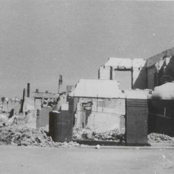 Ruines tweede wereldoorlog. Rechts het Kalverbos. Na 1945