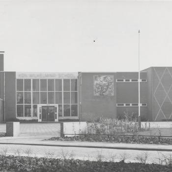 De Protestant Christelijke Koningin Wilhelminaschool, gelegen aan de Burgemeester Schulstraat, wordt officieel in gebruik genomen