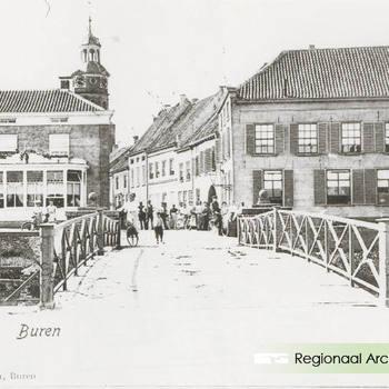 Stadsgezicht met de brug over de Korne. Repro van ansichtkaart.