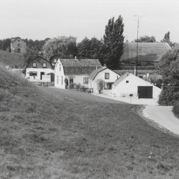 Dijkhuisjes langs de Waalbandijk nabij de Noodschuur vòòr de dijkverzwaring.