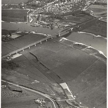 Een luchtfoto van Culemborg genomen vanuit het noord-westen. Op de voorgrond de Lek en de Lekdijk, boven de stad, [1930]