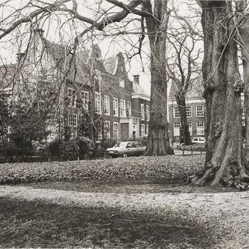 Tuin ambtmanshuis. Links de linkerzijkant en voorkant van het Ambtmanshuis; rechts een deel van het voormalig Oud Burger Mannen-  en Vrouwenhuis