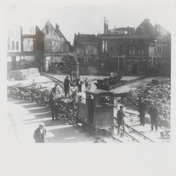 Het treintje de zogenaamde puinexpresse op Groenmarkt in Tiel net na de Tweede Wereldoorlog