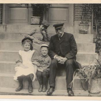 Huf van Buren. Huf van Buren met twee kinderen Tolhuizer op de stoep van zijn huis aan de Konijnenwal, met Jet van Everdingen dochter van Notaris van Everdingen (uit Buren)