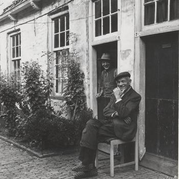 Bewoners voor de woningen van het Elisabeth Gasthuis, het Oude Mannen en Vrouwenhuis. In 1534 gesticht door vrouwe Elisabeth van Culemborg.  Rond 1980 is het hofje gesloopt en vervangen door nieuwbouw.