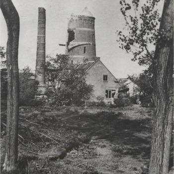"""Vernielde watertoren . De door oorlogsgeweld vernielde watertoren wordt tot de fundering afgebroken. De fundering blijkt zo hecht te zijn, dat daarop de nieuwe, zoveel grotere watertoren kan worden opgebouwd. De watertoren is in 1890 gebouwd door de """"Compagnie des eaux d' Utrecht"""". De toren die een hoogte heeft van 38 meter is verwoest in 1945"""