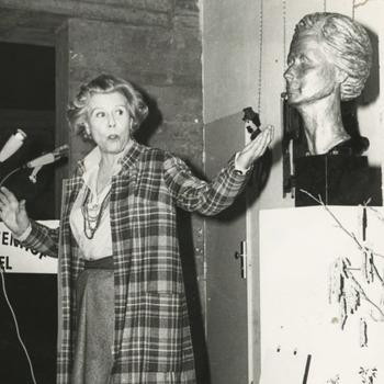 De Gemeente Tiel huldigt haar vroegere burgeres Mary Dresselhuys. Op 23 februari 1977 werd in de Agnietenhof het door Jesualda Kwanten uit Tilburg vervaardigde bronzen borstbeeld van Mary Dresselhuys onthuld. De culturele raad gaf dit borstbeeld in bruikleen aan het cultureel centrum Agnietenhof, waar het een plaats kreeg in de ontvangsthal. Op de onderste foto bekijkt zij een serie foto's van oud Tiel, o.a. het Hoogeinde met haar geboortehuis, het Gymnasium en het Spaarbankgebouw. Achter haar: directeur Mulder van de Agnietenhof.