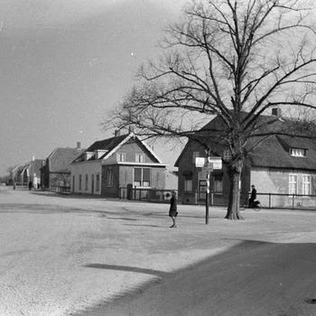 Zicht richting kasteel Ammersoyen. Rechts de boerderij van de familie Van Zeelst, links een nood-café
