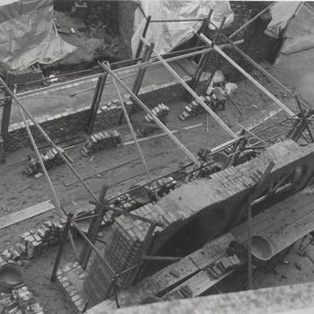 Rond de oude restanten van de Waterpoort wordt een stevige betonnen bekisting aangebracht