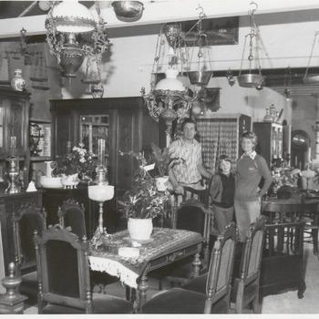 In het voormalige badhuis aan het Badhuisplein heeft de familie Ederveen onder ander en toonzaal ingericht, waarin antiek en curiosa staan uitgestald