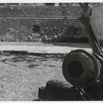 Kasteeltuin. Kanon. gevonden in de gracht. Is eigendom van de gemeente.