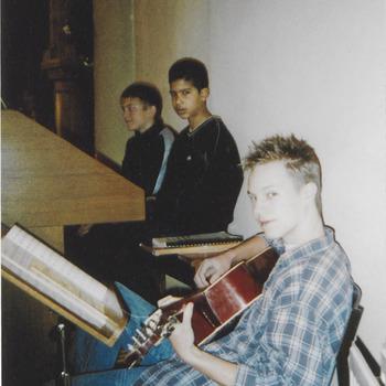 Jeugdige gitaarspeler tijdens open monumentendag in de R.K. kerk te Buren