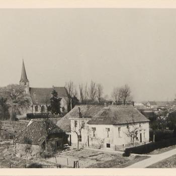 Op de voorgrond de boerderij van de Fam. Osenbruggen, op de achtergrond de N.H.-kerk